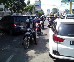 Suasana lalulintas yang semrawut akibat dari parkir di badan jalan pada beberapa sekolah di sepanjang Jalan Cipto – Kota Cirebon.