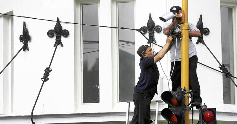 Pemasangan CCTV Jelang KAA- Petugas kepolisian memasang kamera pengamat (CCTV) di tepi Jalan Asia Afrika, Bandung, Jawa Barat, Kamis (16/4). Pemasangan kamera ini untuk meningkatkan kemanan jelang pelaksaan peringatan Konferensi Asia Afrika ke 60 di sekitar lokasi peringatan di Gedung Merdeka. Kompas/Rony Ariyanto Nugroho (RON) 16-04-2015