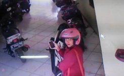 zona-cctv-cirebon-aksi-wanita-pencuri-helm-terekam-cctv